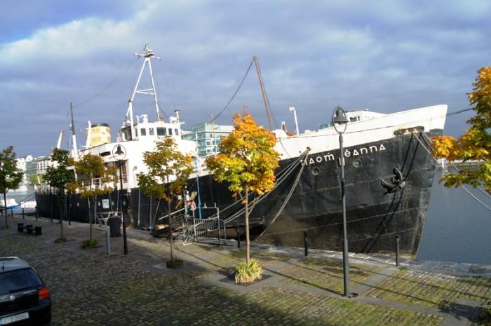 Jedno z bardziej zaskakujacych miejsc - prawdziwy, zacumowany w dokach Grand Canal statek mieszczacy w srodku...  sklep i wypozyczalnie sprzetu do surfowania / One of these surprising places - a ship containing...  a surf shop! :)