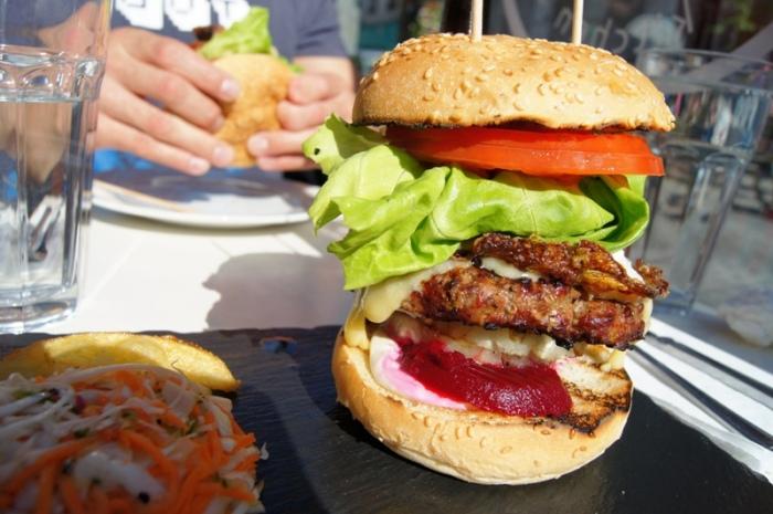 Ogromny rozmiarem i smakiem powalajacy burger, jeden z wielu w lokalu ktory specjalizuje sie tylko w tym daniu. Najlepsze hamurgery w Dublinie / Just the best burgers in Dublin